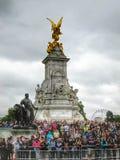 Na frente do Buckingham Palace, Inglaterra fotos de stock