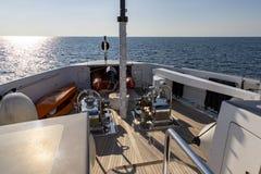 Na frente do navio de cruzeiros que dirige para fora ao mar no dia ensolarado imagem de stock royalty free