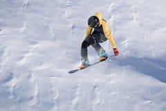 Na górach latający snowboarder Krańcowy zima sport Fotografia Royalty Free