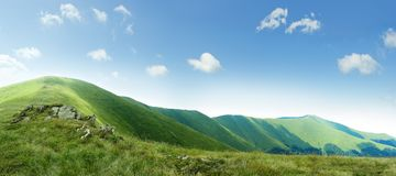 Na górze зеленого ряда прикарпатских гор с голубым небом на su стоковые изображения rf
