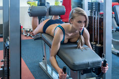 Na ginástica Menina 'sexy' durante o treinamento no simulador Imagens de Stock Royalty Free