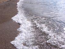na grande ressaca do fundo as ondas da praia do oceano na costa com água do mar clara fotografia de stock royalty free