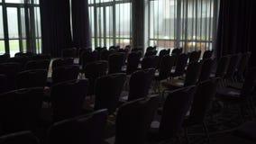 Na grande sala de conferências muitos assentos video estoque