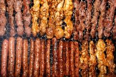 Na grillu grillów skewers Fotografia Royalty Free