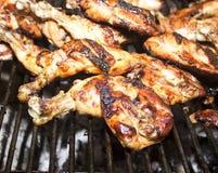 Na grillu kurczak piec na grillu Noga Zdjęcia Royalty Free