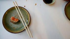 Na het eten van Japans voedsel Sushi en sashimi stock foto