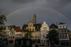 na het onweer over het centrum van de stad van Mechelen, leek een grote, mooie en heldere regenboog dat omringde middeleeuwse h stock foto's