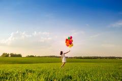 Na het werk in openlucht als thema heeft de tijd Meisje met de ballons van de kleurenlucht  Stock Afbeeldingen