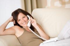 Na HOME do telefone: mulher nova chamada Imagens de Stock