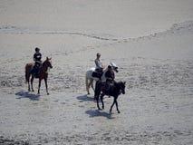 Na horseback krzyżuje pływowej zatoki przy Mont saint michel, Francja Fotografia Stock