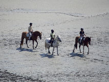 Na horseback krzyżuje pływowej zatoki przy Mont saint michel, Francja Zdjęcie Stock