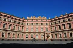 Na jarda do castelo de Mikhailovsky em St Petersburg Fotografia de Stock