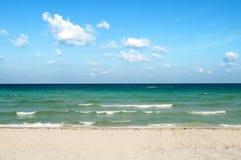 Na jaskrawy dzień piasek plaża obrazy stock