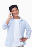 Na jego telefon komórkowy uśmiechnięta samiec Obrazy Stock