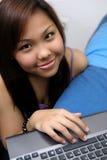 Na jej laptopie studencki działanie Fotografia Stock