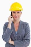 Na jej telefon komórkowy uśmiechnięty żeński architekt Obraz Stock