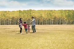 Na jesień dzień szczęśliwa rodzina Fotografia Royalty Free
