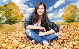 Na jesień liść dziewczyny obsiadanie Zdjęcie Royalty Free