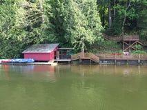 Na jeziorze łódź dom zdjęcie stock
