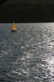 Na jeziorze żółta żaglówka Zdjęcia Royalty Free