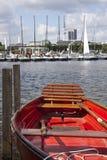Na jeziorze czerwona łódź obrazy stock
