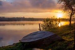 Na jeziorze mglisty ranek Zdjęcia Stock