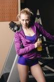 Na jogging met drank royalty-vrije stock afbeeldingen
