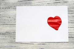 Na kawałku biały papier, farby malowali serce Walentynki ` s d obraz stock