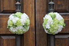 Na kościelnym drzwi ślubni kwiaty Obrazy Royalty Free