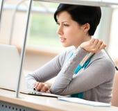 Na komputerze kobiety działanie Obrazy Royalty Free