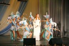 Na koncertowej scenie w białej sukni prawo ziemi zespół mennica, ekstrawagancki wokalista Anna Malysheva czerwone Zdjęcia Royalty Free