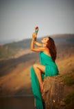 Na krawędzi falezy dziewczyny obsiadanie. Zdjęcie Royalty Free