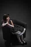 Na krześle małej dziewczynki staromodny ubierający obsiadanie Zdjęcia Royalty Free