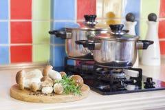 Na kuchni borowik pieczarki Zdjęcia Royalty Free
