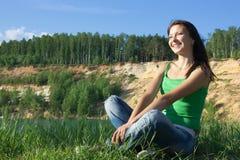na ląd siedzi kobiet potomstwa piękny Fotografia Royalty Free
