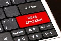 Na laptop klawiaturze czerwony guzik pisać Online zastosowanie Obrazy Stock