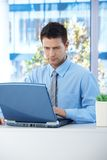 Na laptopie biznesmena działanie Fotografia Stock