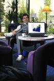 Na laptopie biznesmena młody działanie Zdjęcia Stock