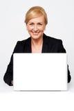 Na laptopie damy starzejący się korporacyjny działanie obraz stock