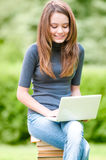 Na laptopie dziewczyny szczęśliwy studencki działanie Zdjęcia Royalty Free