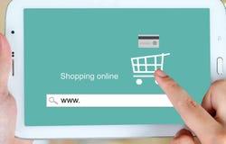 Na linha compra na tela da tabuleta, comércio eletrônico Fotografia de Stock Royalty Free