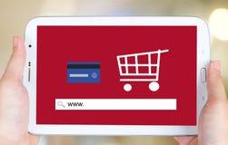 Na linha compra na tela da tabuleta, comércio eletrônico Fotos de Stock