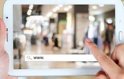 Na linha compra na tela da tabuleta, comércio eletrônico Imagem de Stock