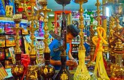 Na loja das tubulações de água do shisha, Shiraz, Irã Fotos de Stock