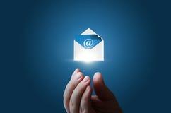 Na mão do homem de negócios o envelope com a mensagem eletrônica Foto de Stock