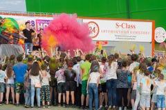 Na mężczyzna rozpylających mnóstwo farba scena Festiwal kolory Holi w Cheboksary, Chuvash republika, Rosja 05/28/2016 Obrazy Stock
