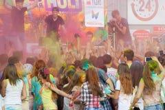 Na mężczyzna rozpylających mnóstwo farba scena Festiwal kolory Holi w Cheboksary, Chuvash republika, Rosja 05/28/2016 Obraz Stock