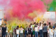Na mężczyzna rozpylających mnóstwo farba scena Festiwal kolory Holi w Cheboksary, Chuvash republika, Rosja 05/28/2016 Fotografia Stock