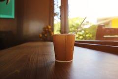 Na manhã com uma xícara de café na tabela de madeira fotografia de stock