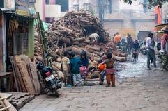 Na manhã nevoenta fria da rua no inverno perto de Harishchandra Ghat em Varanasi Fotos de Stock Royalty Free